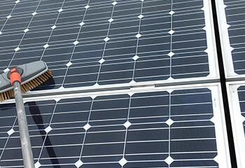 zonnepanelen laten reinigen door een schoonmaakbedrijf